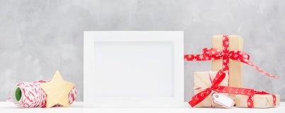 明亮的圣诞节嘲笑与照片框架:欢乐礼物盒,包裹螺纹和金星 概念新年度 免版税库存图片