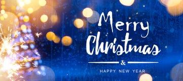 明亮的圣诞节;与树的蓝色Xmas假日背景 库存图片