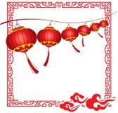 明亮的垂悬的红色中国灯笼deco串  免版税库存图片