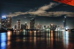明亮的城市少数点燃许多夜生活路出租汽车换行 库存图片