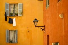 明亮的城市grasse有历史的橙色墙壁 免版税库存图片