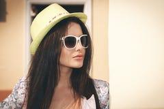 明亮的夏天帽子的妇女 免版税图库摄影