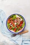 明亮的夏天沙拉用山羊乳干酪希脂乳,蕃茄,红洋葱和 免版税图库摄影