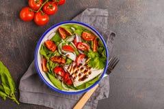 明亮的夏天沙拉用山羊乳干酪希脂乳,蕃茄,红洋葱和 图库摄影