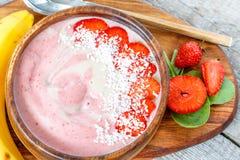 明亮的夏天草莓香蕉圆滑的人碗用椰子 库存图片