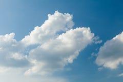 明亮的多云天空背景,蓝色大气,臭氧,氧气,天堂 免版税库存图片