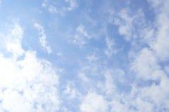 明亮的天空云彩有一点漂浮 清新和放松的感受,能看作为背景图象和空间进入消息 免版税图库摄影