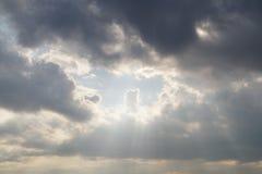 明亮的天空有云彩背景 免版税库存图片