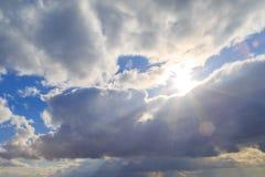 明亮的太阳光芒偷看从云彩的后面 库存图片