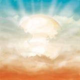 明亮的太阳和阳光在橙色多云天空 免版税图库摄影
