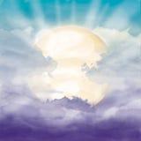 明亮的太阳和阳光在紫罗兰色多云天空 免版税图库摄影
