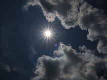 明亮的太阳在明亮的天 免版税库存图片