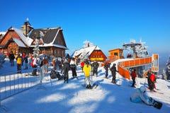 明亮的夹克的滑雪者 免版税库存照片