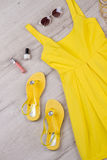 明亮的套衣裳和辅助部件一个女孩的 免版税库存照片