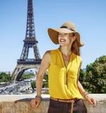 明亮的女衬衫的微笑的少妇在巴黎,法国 库存图片