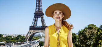 明亮的女衬衫的微笑的少妇在巴黎,法国 图库摄影