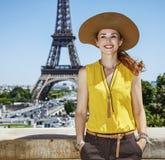 明亮的女衬衫的微笑的少妇在巴黎,法国 免版税图库摄影