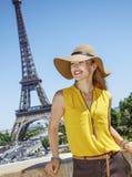 明亮的女衬衫的微笑的少妇在巴黎,法国 库存照片