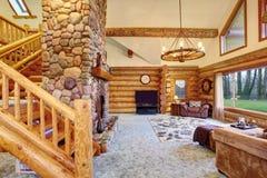明亮的客厅内部在美国原木小屋房子里 免版税库存照片