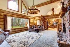 明亮的客厅内部在美国原木小屋房子里 库存图片