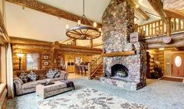 明亮的客厅内部在美国原木小屋房子里 免版税库存图片
