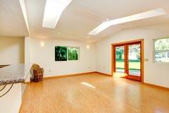 明亮的客厅在有天窗和出口的空的房子里对bac 免版税图库摄影