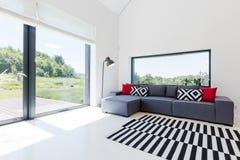 明亮的客厅在现代房子里 图库摄影