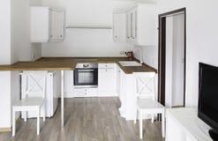 明亮的室,有白色厨房家具的 图库摄影