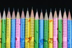 明亮的对比五颜六色的石墨铅笔 免版税库存图片
