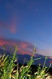 明亮的山夜月亮天空 库存图片