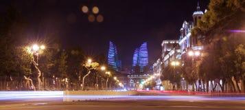 明亮的巴库夜 时间的片刻 巴库全景  夜路线在巴库 火焰塔 夜在Heydar Al的街道交通 库存图片
