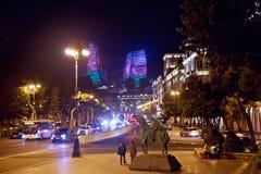 明亮的巴库夜 时间的片刻 巴库全景  夜路线在巴库 火焰塔 夜在Heydar Al的街道交通 库存照片