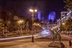 明亮的巴库夜 时间的片刻 巴库全景  夜路线在巴库 火焰塔 夜在Heydar Al的街道交通 免版税库存图片