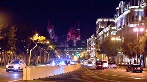 明亮的巴库夜 时间的片刻 巴库全景  夜路线在巴库 火焰塔 夜在Heydar Al的街道交通 免版税库存照片