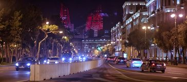 明亮的巴库夜 时间的片刻 巴库全景  夜路线在巴库 火焰塔 夜在Heydar Al的街道交通 免版税图库摄影
