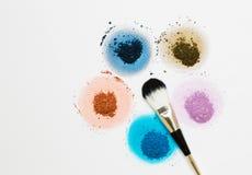 明亮的干燥颜料五个样品以一朵花的形式与刷子 图库摄影