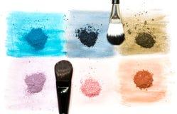 明亮的干燥颜料六个样品与刷子的 免版税库存图片