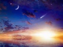 明亮的彗星、星和月牙在日落天空与反射我 免版税库存照片