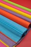 明亮的彩虹色的大量(卷)礼品包装材料的组织包装纸-垂直 库存图片