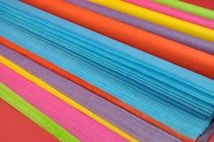 明亮的彩虹色的大量(卷)礼品包装材料的组织包装纸 免版税库存照片