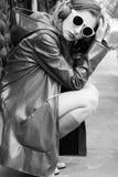 明亮的成套装备的年轻美丽的妇女在家享受音乐的 免版税库存图片