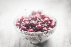 明亮的成熟甜樱桃在一个透明碗在水下小滴  图库摄影