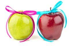 明亮的成熟苹果和色的丝带 库存图片