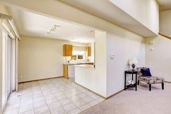 明亮的房间在空的房子里 与砖地的厨房地区 免版税库存图片