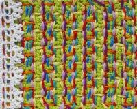 明亮的手工制造钩针编织样式,编织,缝合 自创针五颜六色的背景,刺绣 写生簿的, noteb背景 免版税图库摄影