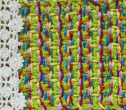 明亮的手工制造钩针编织样式,编织,缝合 自创针五颜六色的背景,刺绣 写生簿的, noteb背景 免版税库存图片