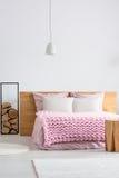 明亮的斯堪的纳维亚卧室 免版税库存照片