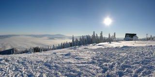 明亮的日山skrzyczne晴朗的顶层 免版税库存图片