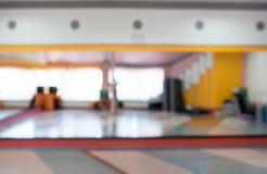 明亮的日 弄脏的背景健身室 库存图片