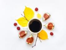 明亮的早晨咖啡用无花果果子和莓 秋天栗子装饰葡萄10月石榴木头 平的位置,顶视图 库存图片